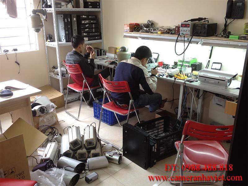 Nhận viên kỹ thuật của Camera Nhà Việt đang sửa camera cho khách hàng
